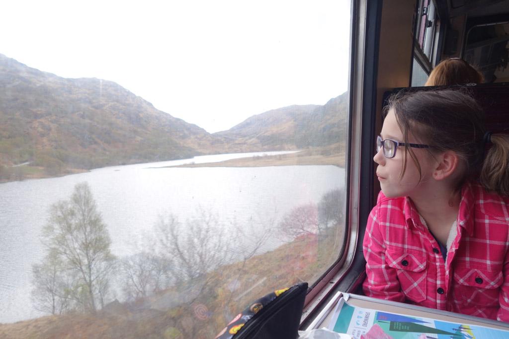 En natuurlijk genieten de kinderen ook van het fantastische uitzicht wat je vanuit de trein hebt op de Hooglanden, jacobite stoomtrein