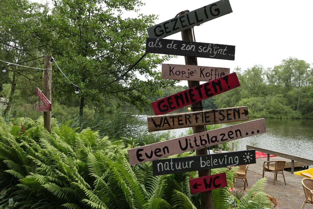 Vrolijke bordjes bij het terras van De Leemputten.