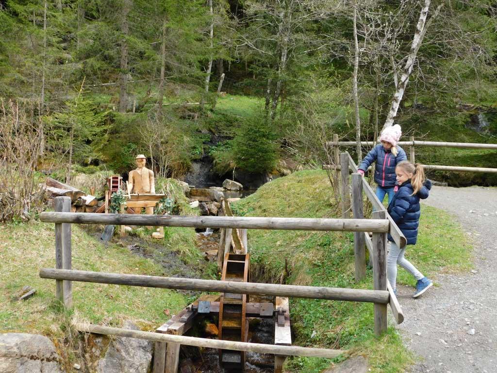 Een klein houten waterrad