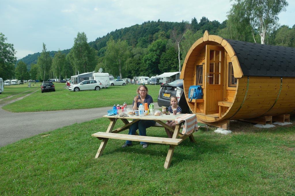 Het wijnvat op AZUR camping Wertheim staat mooi op het gras en heeft uitzicht op de Main.