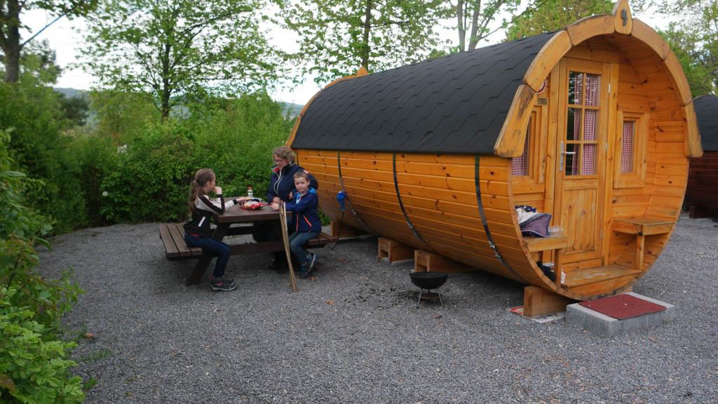 Het wijnvat op camping Breitenauer See, helaas op een ondergrond van grind.