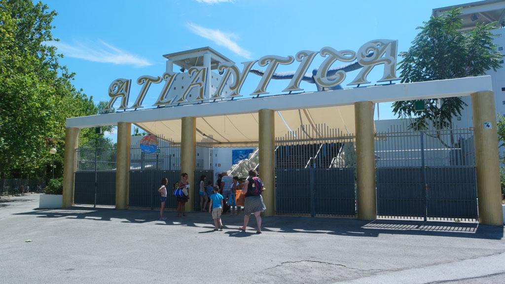 De entree van Atlantica is niet heel uitnodigend.