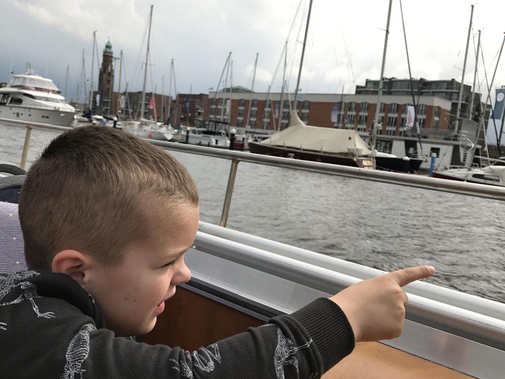 We varen langs de jachthaven waar ook onze accommodatie te vinden is.