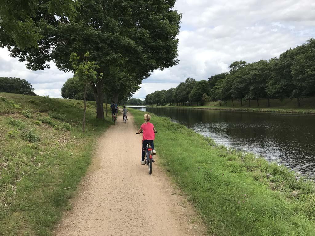 We fietsen op een half verhard, vrijliggend, fietspad langs het Ems-kanaal naar Lingen in Emsland.