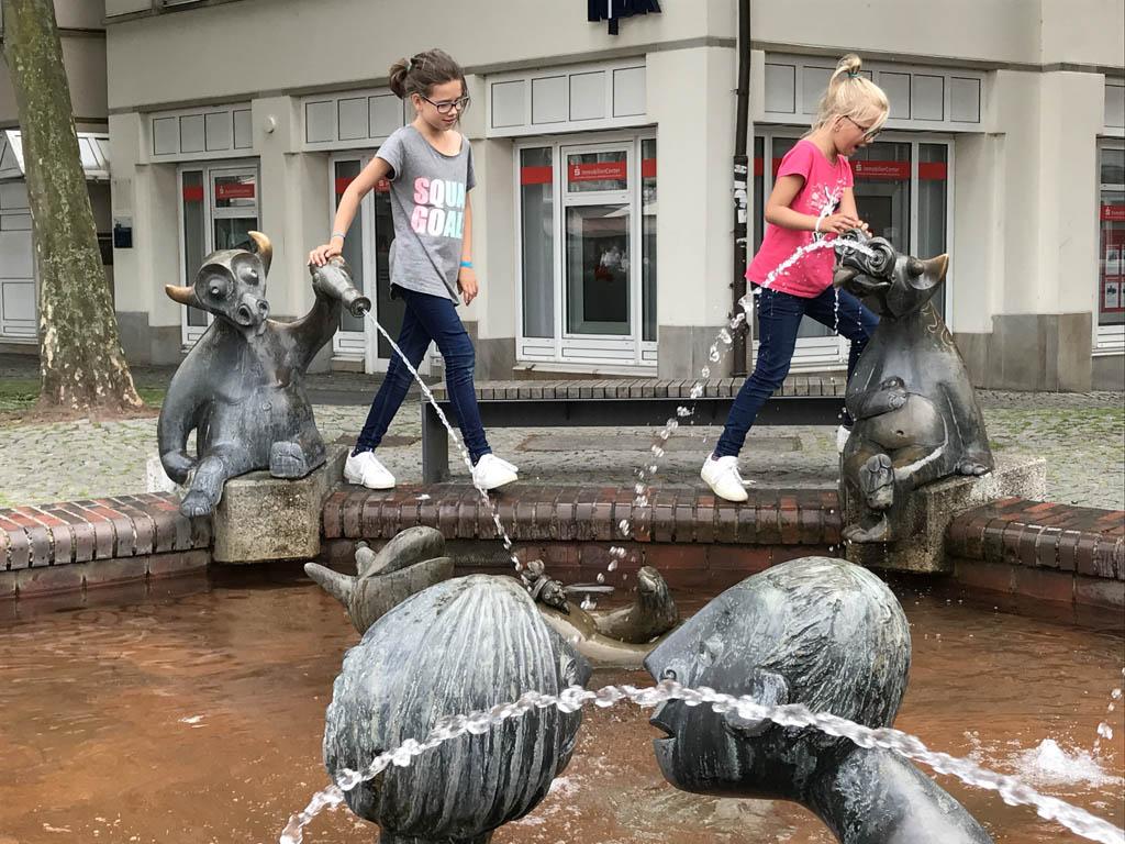 In Lingen wordt de aandacht van de kinderen gelijk getrokken naar de fonteinen op het centrale plein. Water is altijd leuk. in Emsland