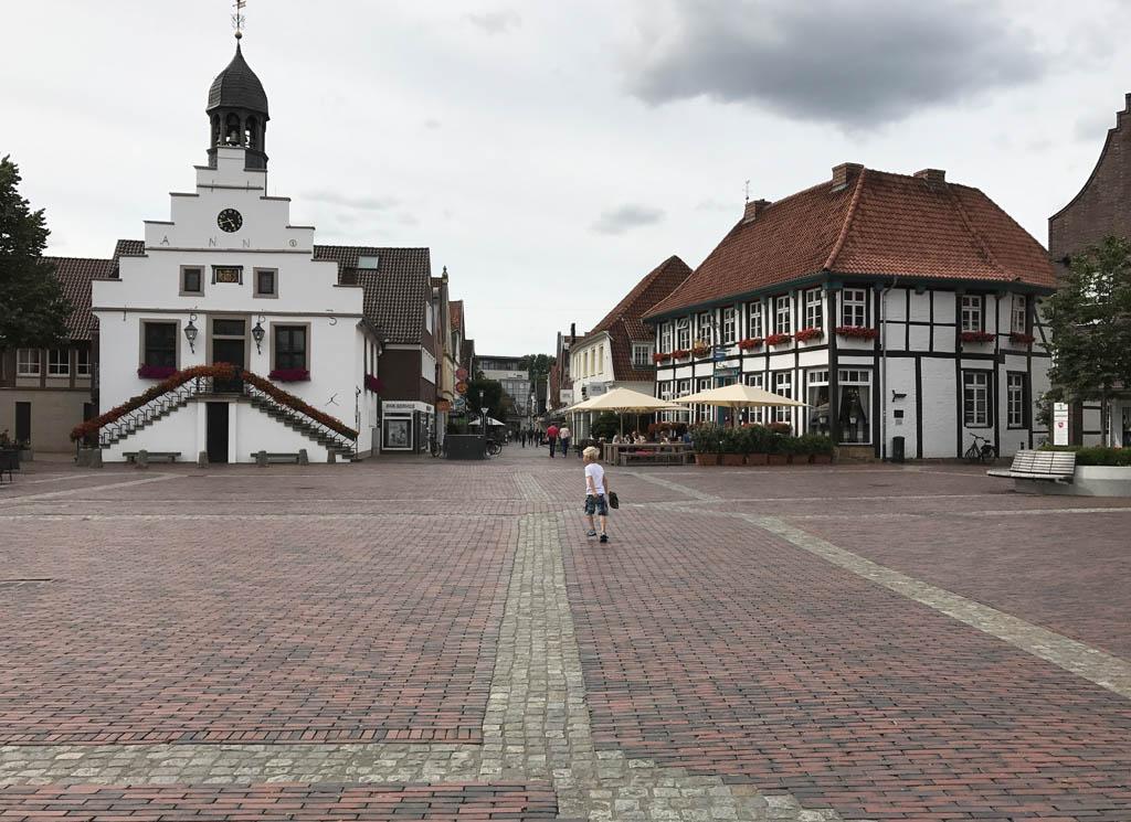 Het centrale plein in Lingen met daaraan verschillende restaurants en terrassen in Emsland