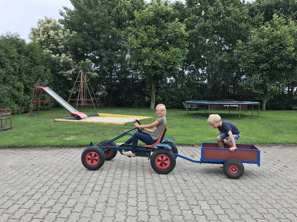 De kinderen vermaken zich wel met de skelter en alle speeltoestellen bij Ferienhof Pieper in Emsland