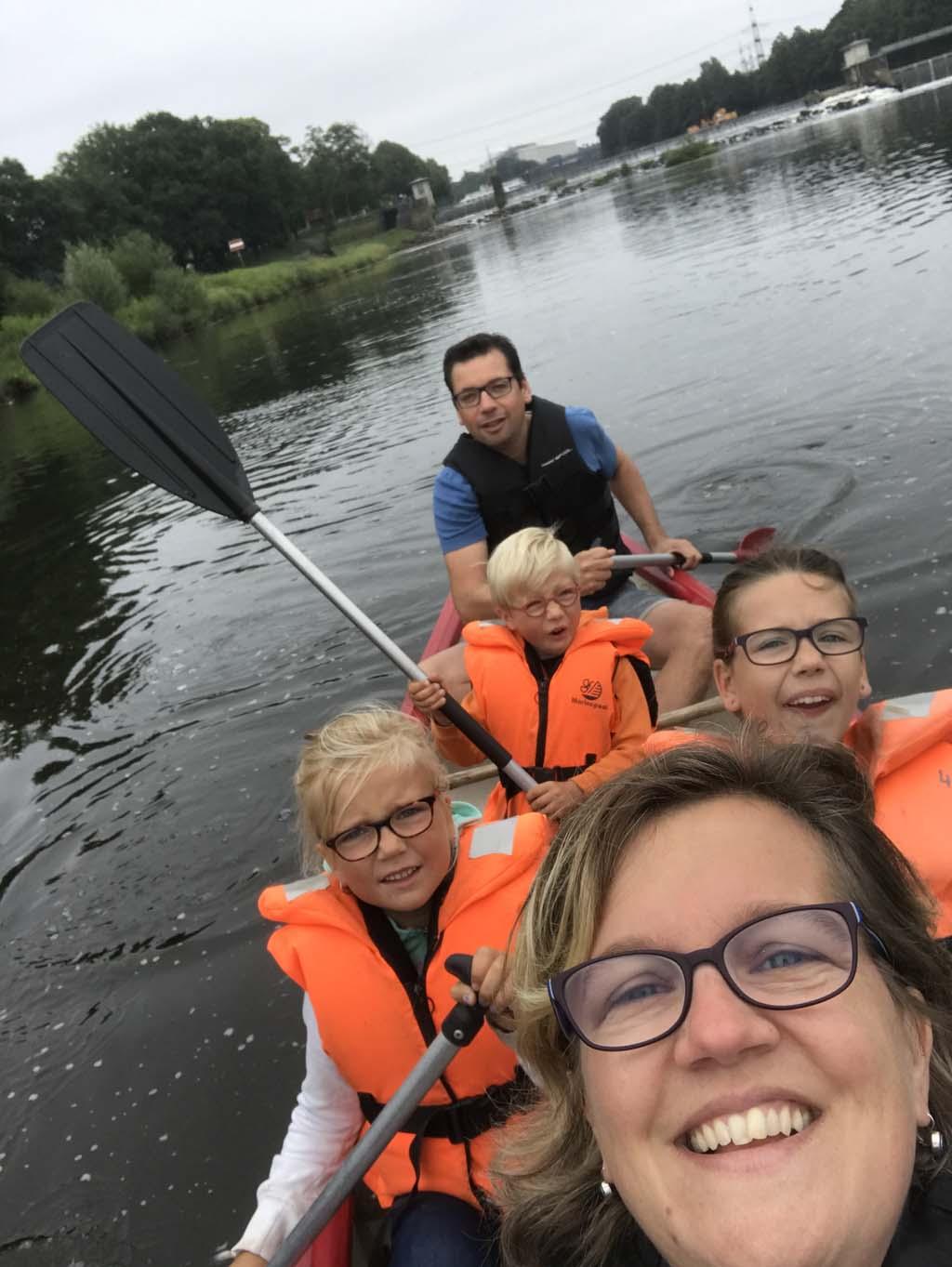 Familie selfie in de kano.