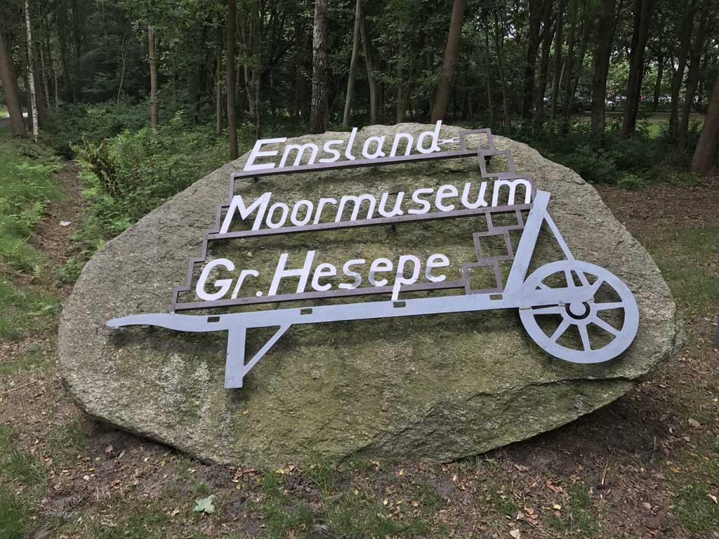Het Emsland Moor Museum is goed te vinden door dit duidelijke bord.