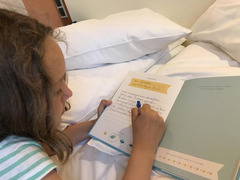 Maureen schrijft liggend in bed haar verhaaltje.