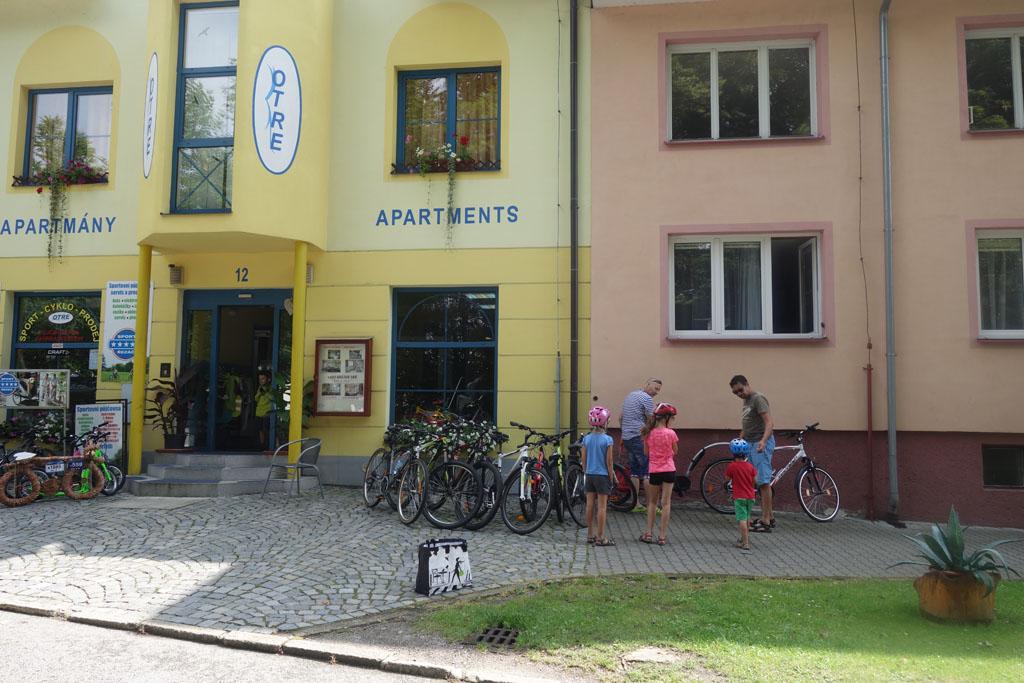 We zoeken allemaal een passende fiets uit bij de fietsverhuur om te fietsen langs het Lipnomeer
