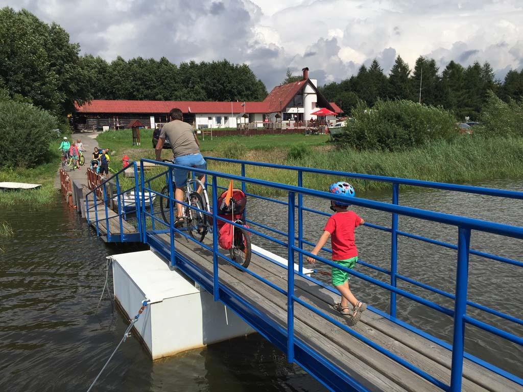 Even de loopbrug overlopen als we de pont af komen en we kunnen weer verder fietsen. Fietsen langs het lipnomeer