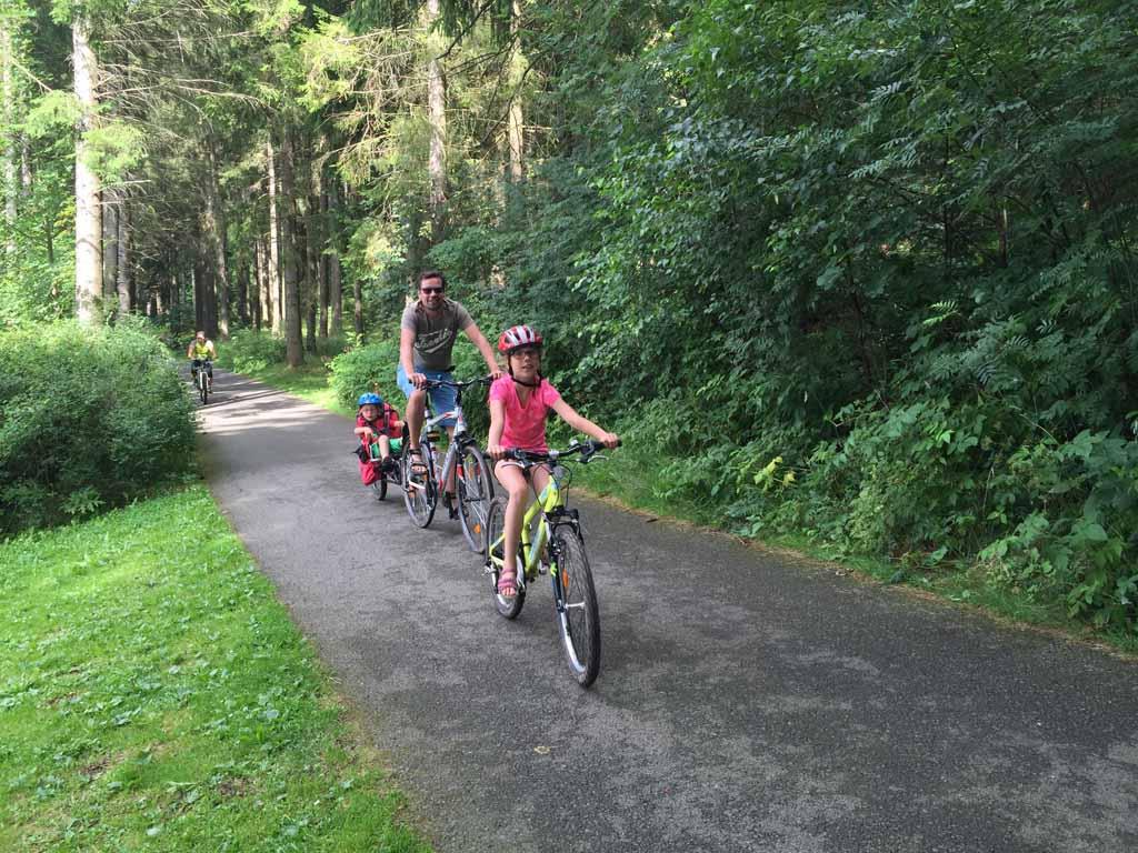 Aan deze kant van het meer hebben we weer een prachtig losliggend fietspad door het bos. Fietsen langs het lipnomeer