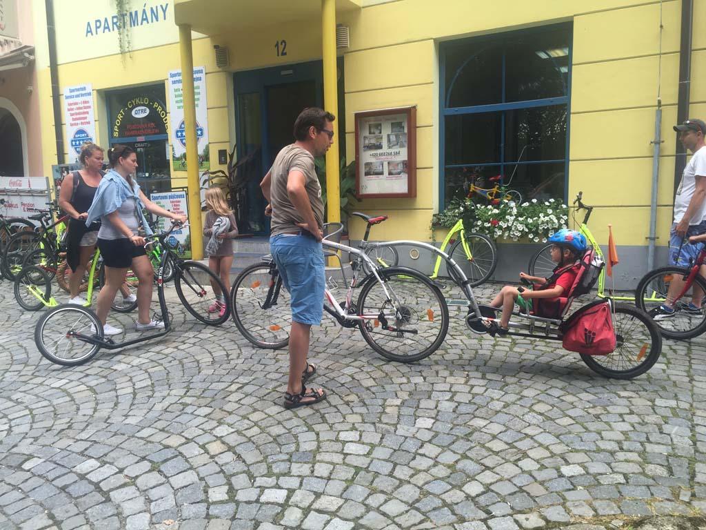 Aan het eind van de tocht leveren we alle fietsen weer in bij de fietsverhuur. Wat een mooie tocht hebben we gemaakt. Fietsen langs het lipnomeer