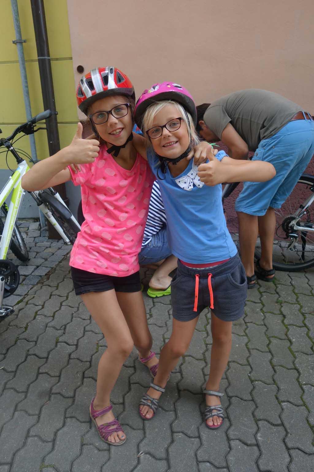 Roos en Jet zijn het er helemaal over eens, fietsen langs het Lipnomeer was top!