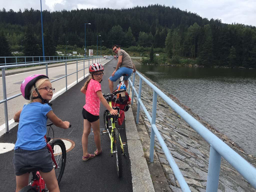 We fietsen over de stuwdam in het Lipnomeer en fietsen daarna verder aan de andere zijde van het meer. Fietsen langs het Lipnomeer