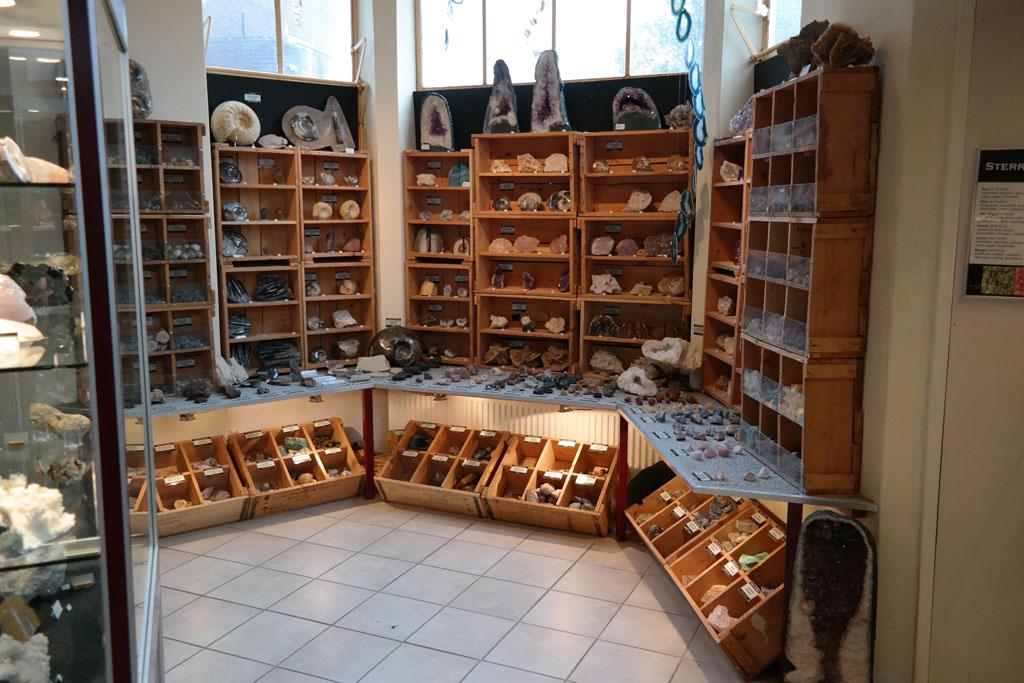 De museumwinkel ligt vol met mooie souvenirs en sieraden.