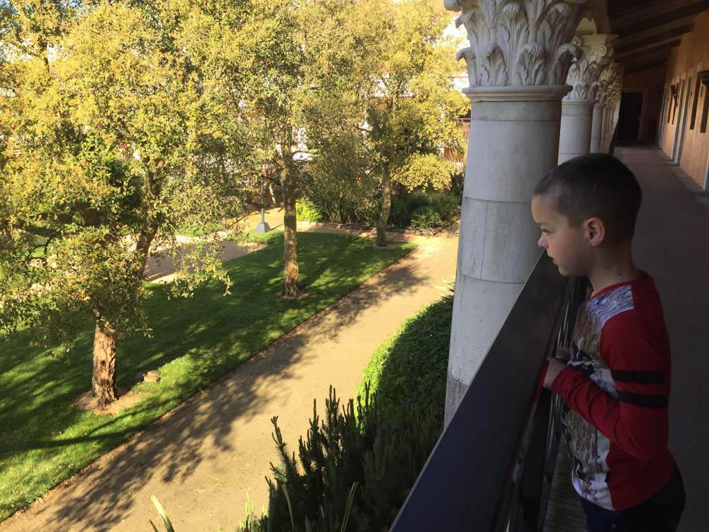 Vanaf de balustrade naar de binnentuin kijken.