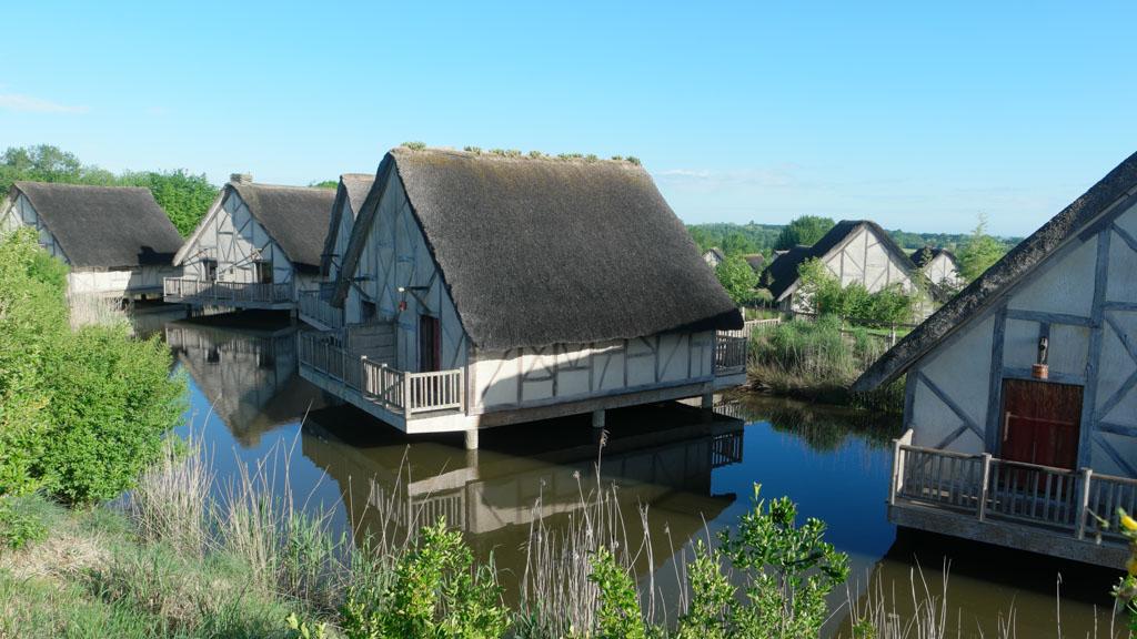 De huisjes op palen in het water zien er erg leuk uit.