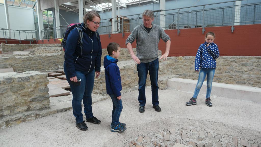We krijgen uitleg over hoe een Romeins badhuis functioneerde.