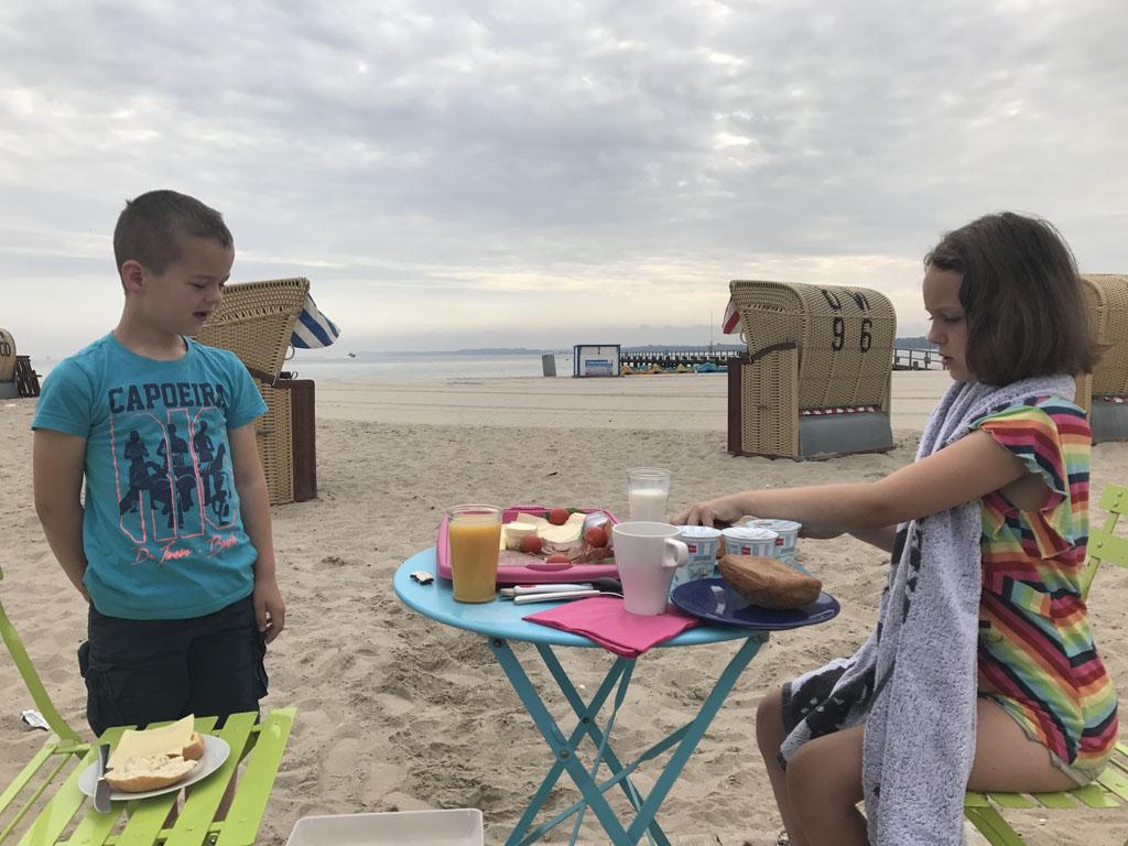 Ontbijten op het strand.