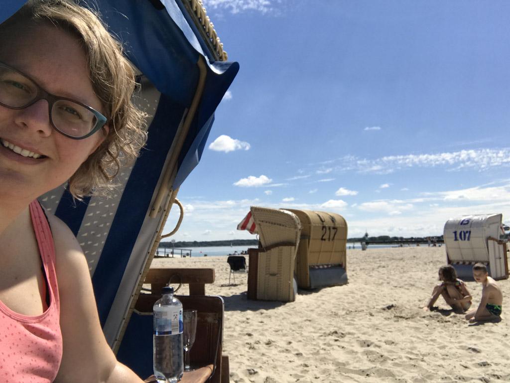 Heerlijk relaxen terwijl de kinderen op het strand spelen.