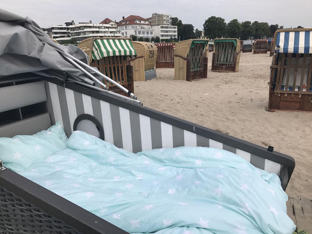 Het bed in de sleeper beach basket ziet er heerlijk uit.
