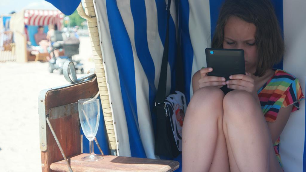 Maureen vindt de strandkorf een heerlijke plek om te lezen.