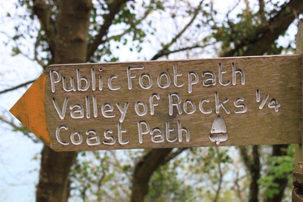 Deze bordjes gaan wij volgen. Een etappe van het South West Coast Path met kinderen.