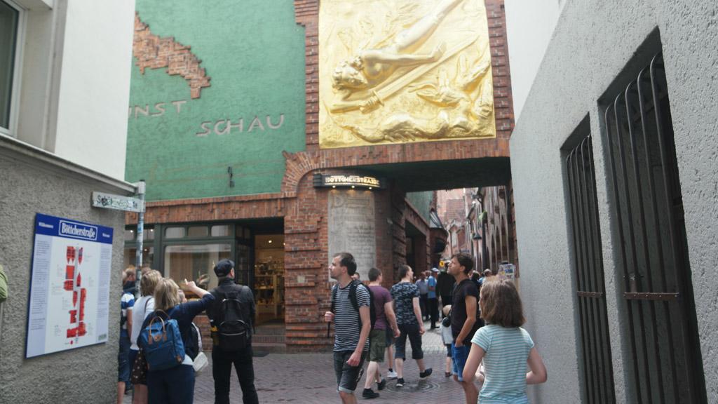 De gouden afbeelding boven de toegangspoort kan je niet missen.
