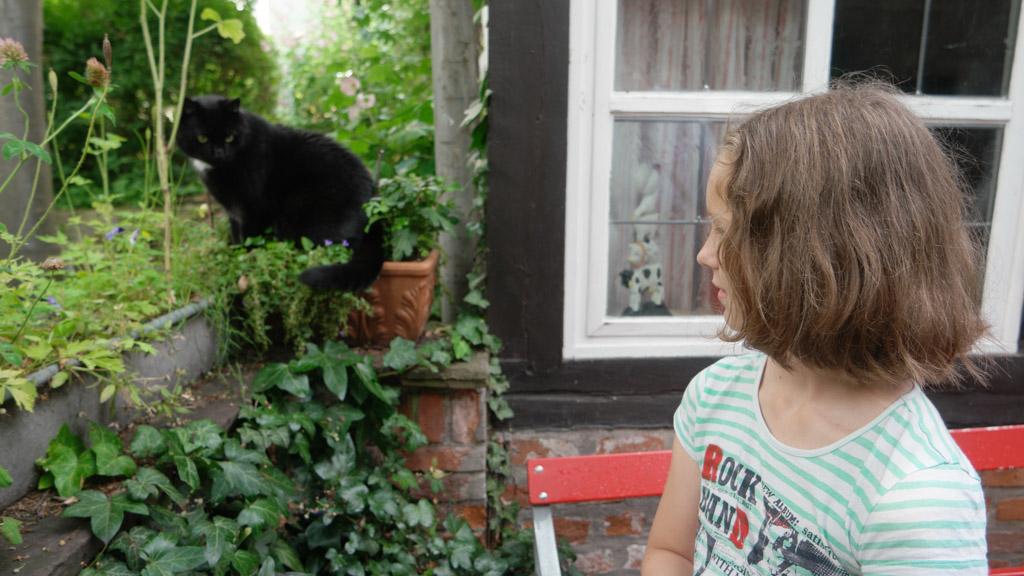 Maureen maakt nieuwe vrienden in het wijkje Schnoor.