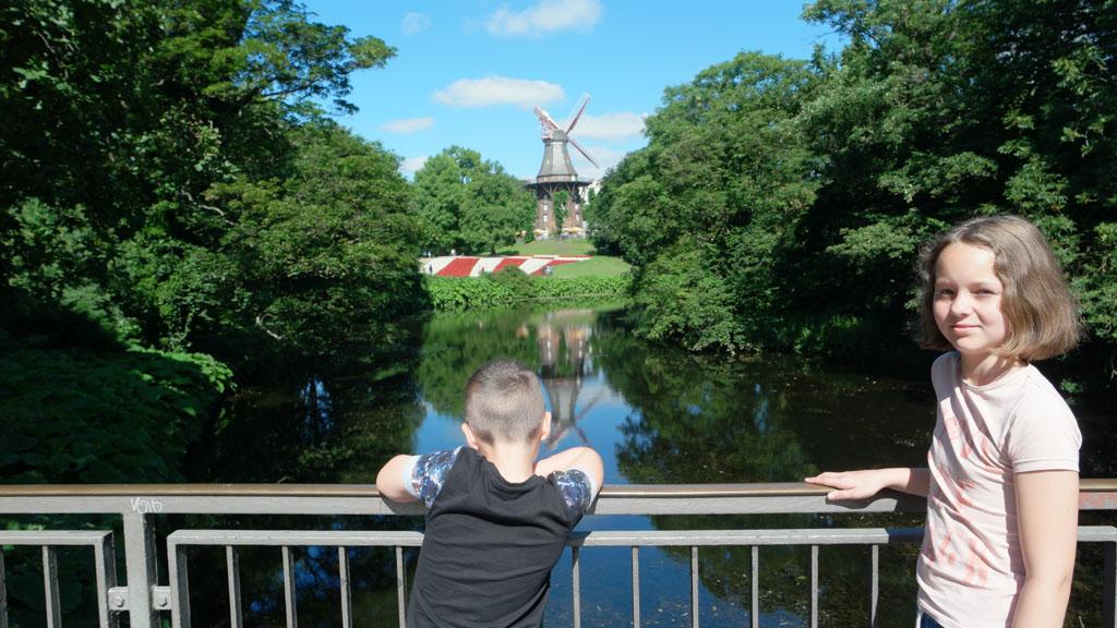 Op weg naar het centrum passeren we het stadspark met de molen.