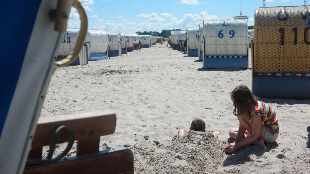 Blijft leuk: elkaar ingraven in het zand.