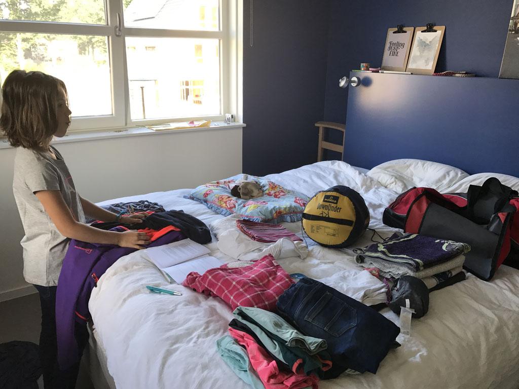 Het inpakken van de tas en het checken of we alles hebben doen we samen voor het Adventure Kixx kamp