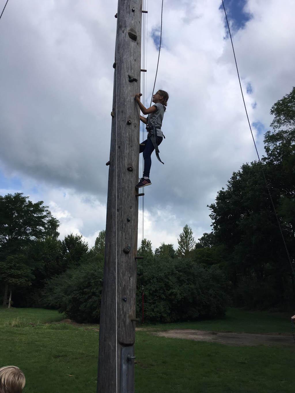 Tegen klimmen zegt Roos geen nee. Paalklimmen is ook hartstikke leuk tijdens Adventure Kixx