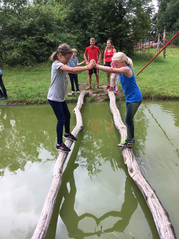Samenwerken is ook iets wat je moet doen tijdens het Challenge parcours. Het gaat Roos goed af bij Adventure Kixx