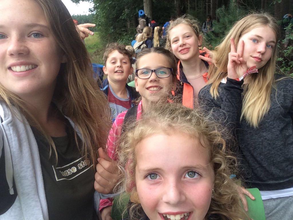 Allemaal blije koppies tijdens de wandeling naar het bivak, op naar België Adventure Kixx