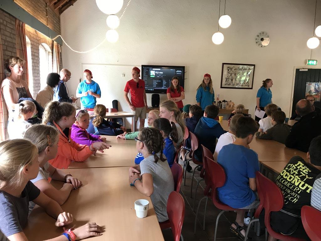 De leiding stelt zich enthousiast voor aan alle kinderen en hun ouders tijdens adventure kixx