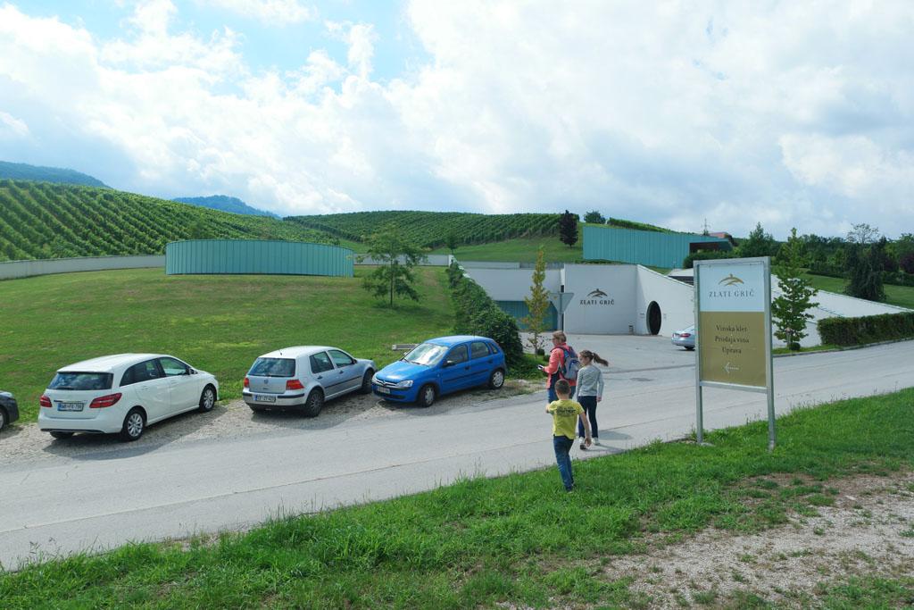 Zlati Gric ligt erg mooi weggewerkt in de heuvels.