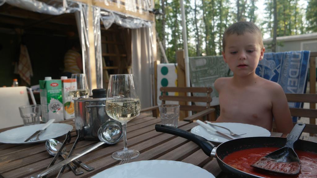 's Ochtends, 's middags en 's avonds eten we buiten.