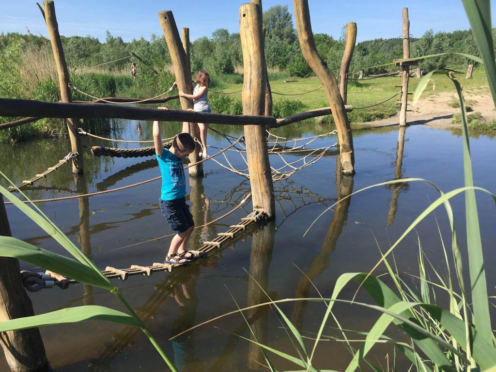 Speeltoestel in het water, vlakbij de entree.