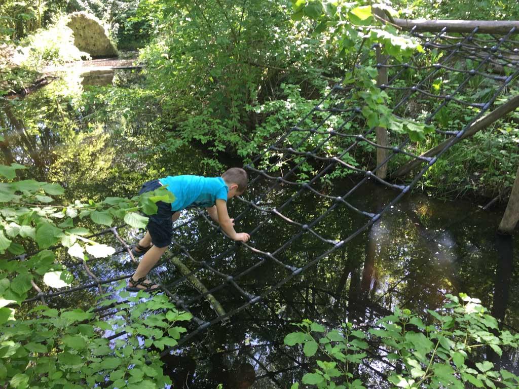 Camiel klimt via het net naar de overkant.