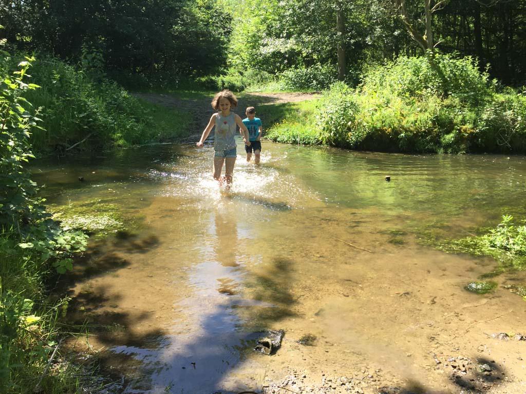 Rennen door het water.