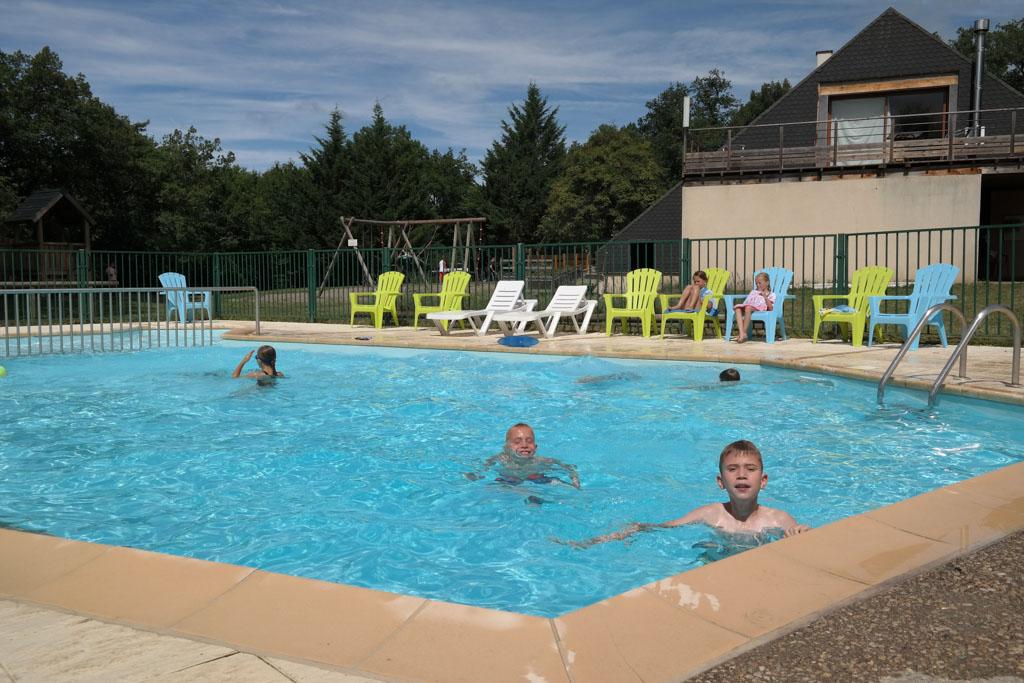 Het zwembad ligt bij de receptie en de speeltuin.