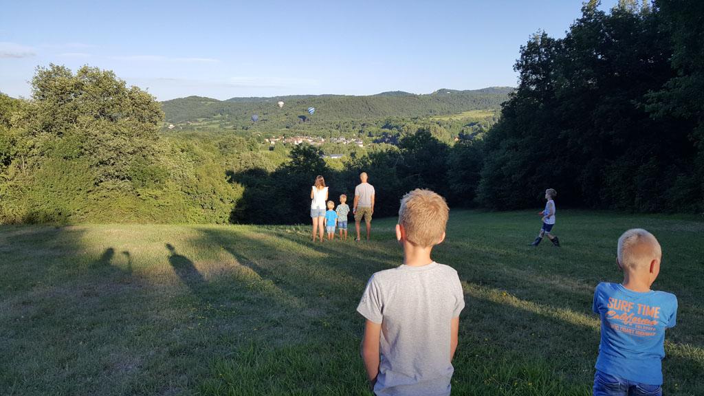 Bij de camping stijgen luchtballonnen op.