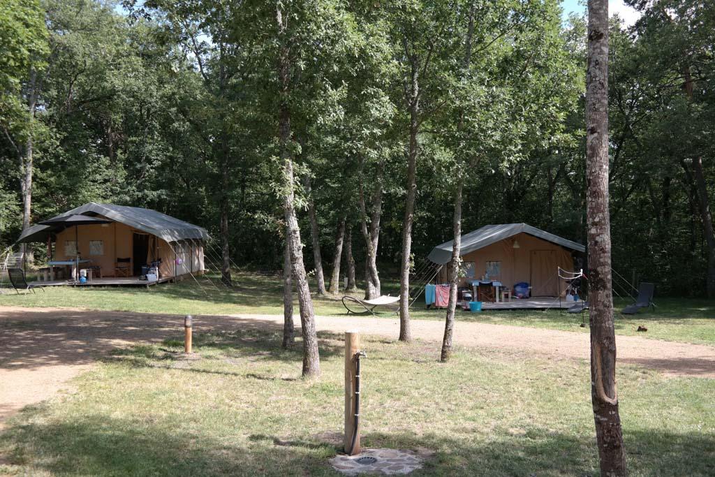 De safaritenten onderaan de camping.