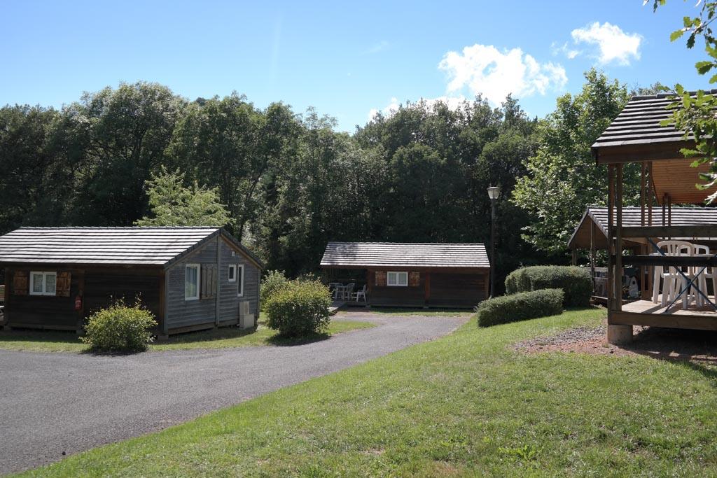 Op de camping zijn meerdere plekken met chalets.