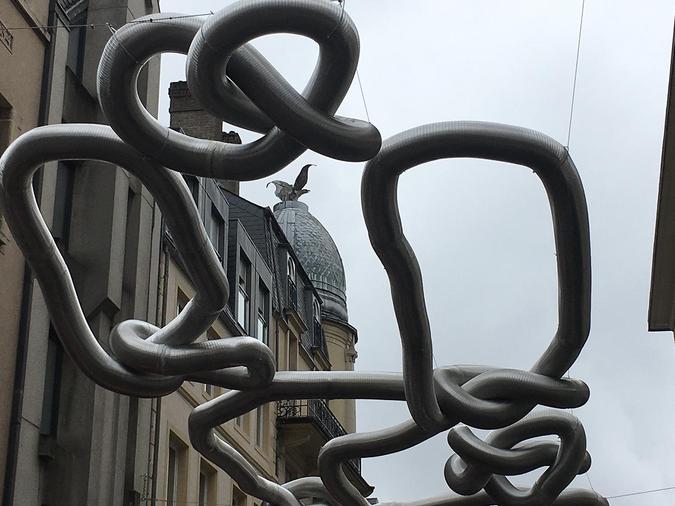 Citysafari Luxemburg Enorme adelaar op het dak