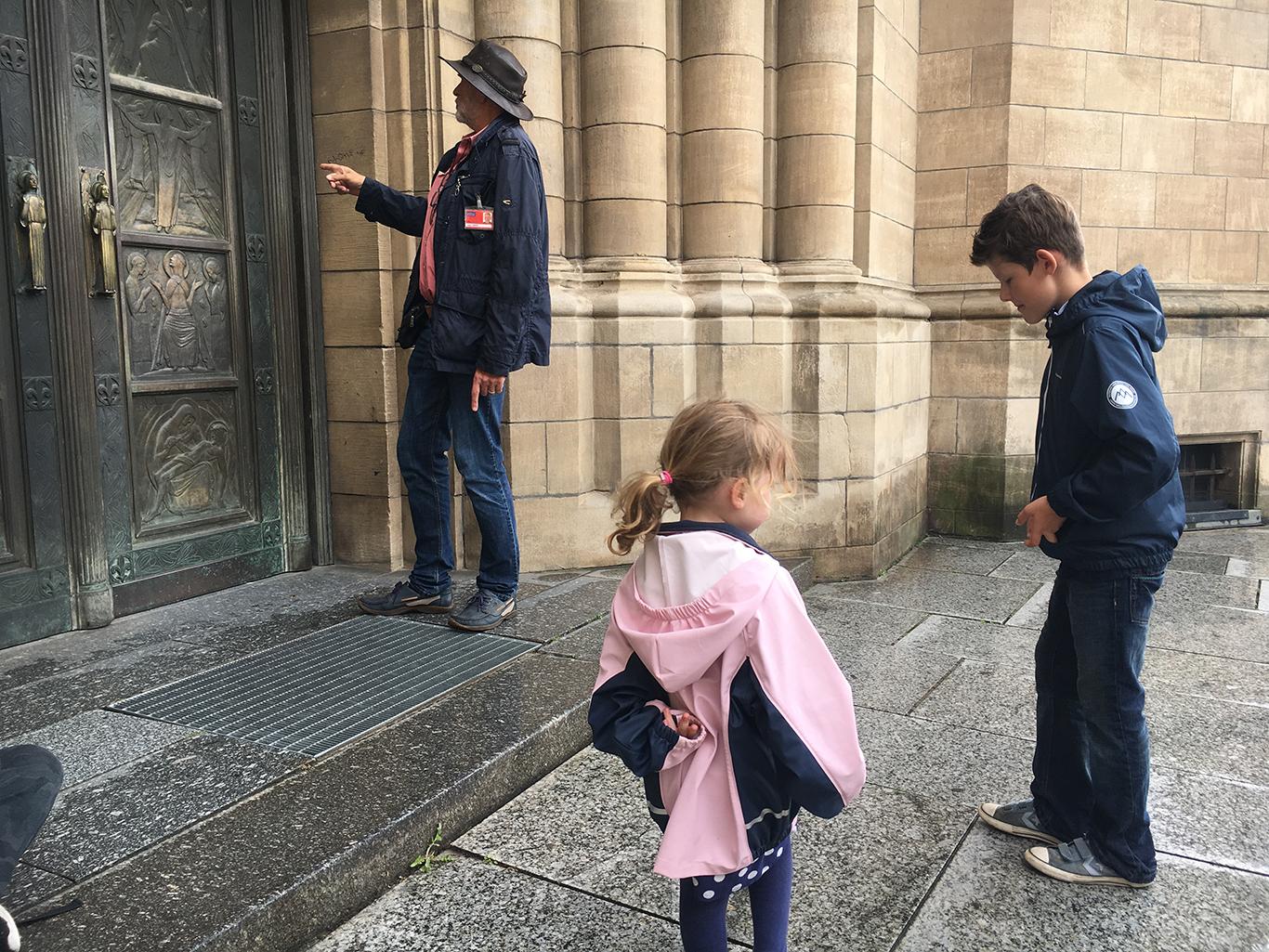 Op de deuren aan de achterzijde vinden we nog meer dieren tijdens onze stadswandeling door Luxemburg Stad met kinderen