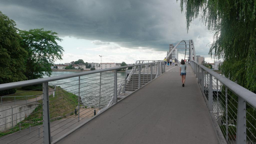 De brug is alleen voor voetgangers en fietsers.